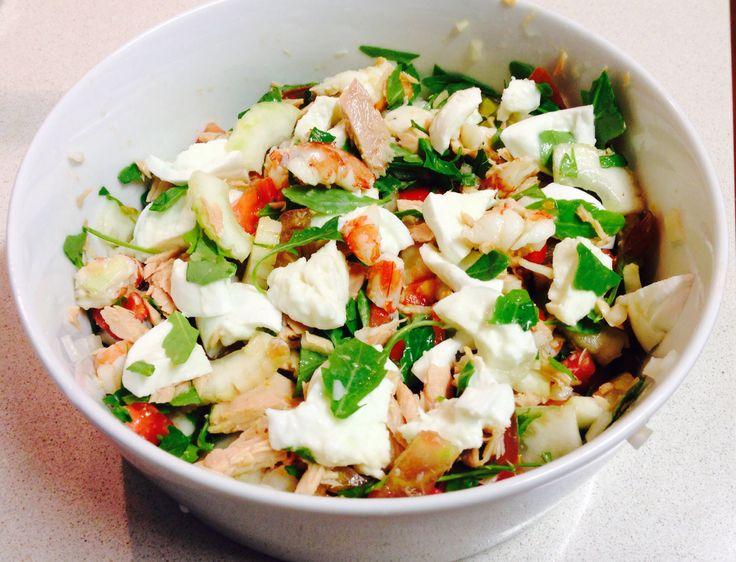 Ensalada de bonito, rucula, tomate, pepino, mozarella y langostinos