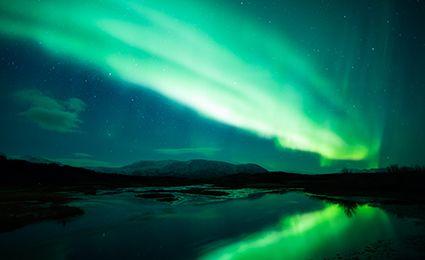 ノルウェー旅行・トロムソのオーロラツアーなら旅工房にお任せください。人気のオーロラを夜景とともに鑑賞、または船上から鑑賞することも出来るのはノルウェーならでは。スノーシュートレッキングや犬ぞり体験などアクティビティもお楽しみいただけます。美しい街並みが広がる「北欧のパリ」でオーロラと夜景に魅了されてみてはいかがでしょうか。