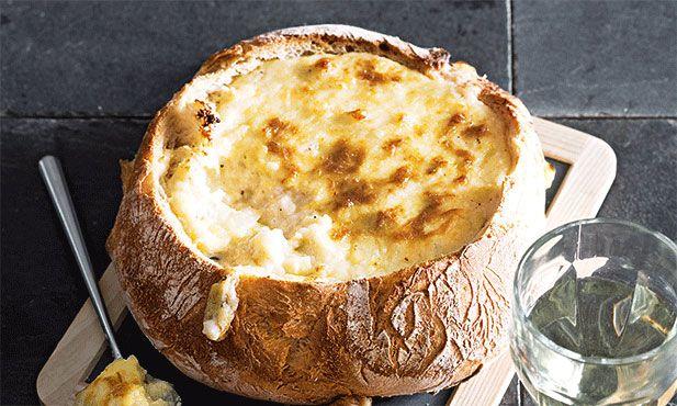 Pão recheado com queijo, um petisco a pensar no fim-de-semana, acompanhado de um bom vinho!