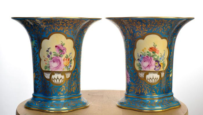Catawiki online auction house: Dresden - 2 porseleinen blauwe vazen