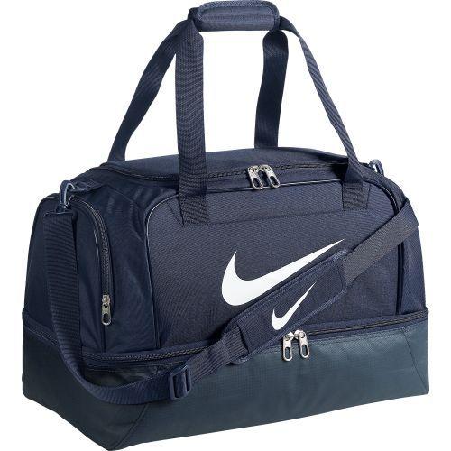 Opzoek naar een grote sporttas? Deze Nike tas is opgedeeld in verschillende vakken. In het grootste vak kun je sportkleren en/of je schone kleren kwijt. Er is een speciaal onder vak waar je je (vieze) sportschoenen in kwijt kunt. Op de zijkant van de tas staat de welbekende Nike swoosh.