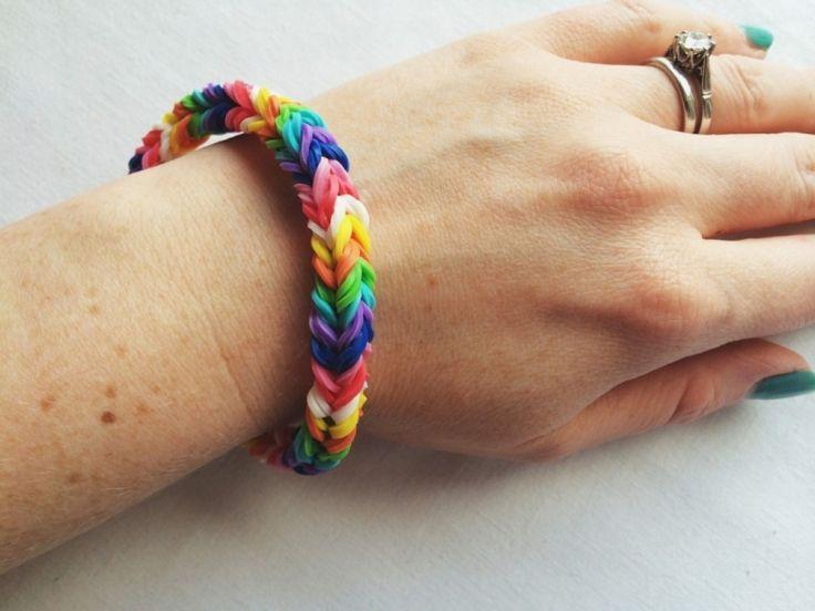 gummi-armbaender-basteln-regenbogen-farben-geschenk-mama-selber-machen