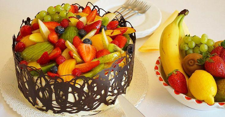 Dort s dvoubarevným korpusem, banánovým krémem a ovocem