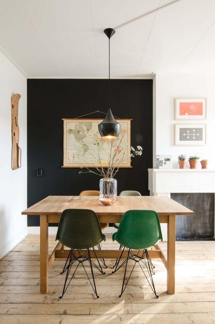 idée déco salle à manger - peinture ardoise et carde du monde, chaises Eames en vert et noir et table en bois clair