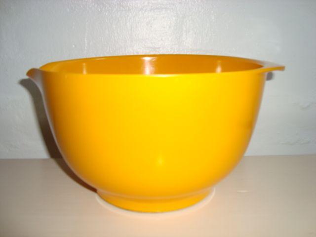 Rosti Margrethe Danish design retro bowl from the 60s designed by Jacob Jensen from Acton Bjørn & Sigvard Bernadotte. Made in melaminplastic. Rosti Margrethe skål fra 60'erne. #Rosti #Margretheskaal #Acton #Bjoern #Sigvard #Bernadotte #60s #melamin #kitchenware #Jacob #Jensen #Danish #dansk #design. From www.TRENDYenser.com