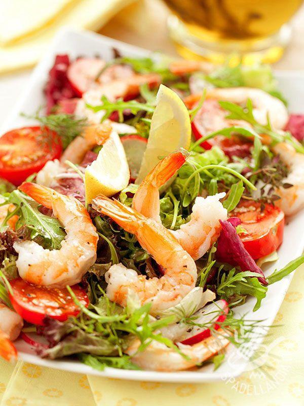 L'Insalata di gamberi, misticanza e pomodorini è un piatto profumato. Ideale quando si vuole rimanere leggeri senza rinunciare al piacere del palato.