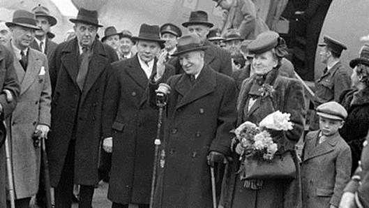 Jan Masaryk (druhý zleva) s Eduardem Benešem (vpravo) po návratu z londýnského exilu