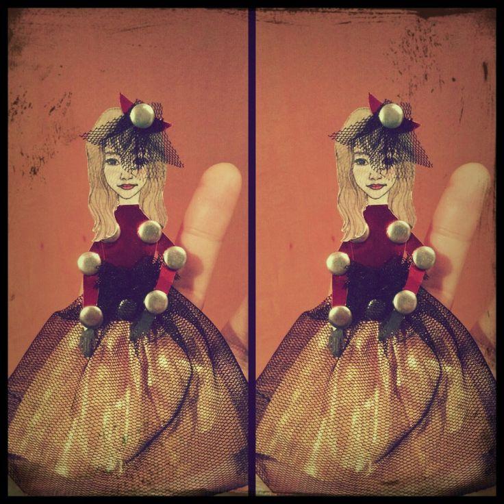 크리스마스를 맞아 직접 그린 친구얼굴을 스캔받아 종이와 망사 할핀으로 드레스를 만들어 보았다  할핀이 크구나...옴마나~~^^
