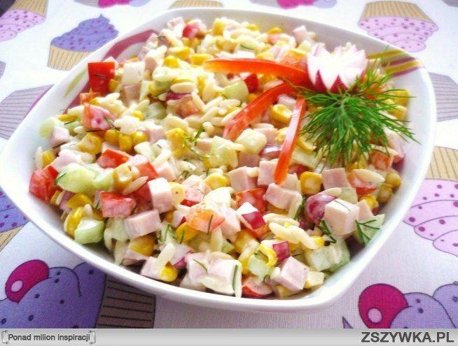 Zobacz zdjęcie Sałatka z szynką :  Pyszna sałatka z szynką rzodkiewką i makaronem ryżowym świetna na grilla i jako przystawka na przyjęcie:)  Składniki: - 1 ogórek sałatkowy - papryka czerwona - rzodkiewki -makaron ryżowy -puszka kukurydzy -szynka -koperek -majonez -sól, pieprz  Makaron ugotować wg przepisu na opakowaniu. Wszystkie składniki pokroić w kostkę i wymieszać z makaronem, dodać posiekany koperek, majonez i przyprawy.;) w pełnej rozdzielczości