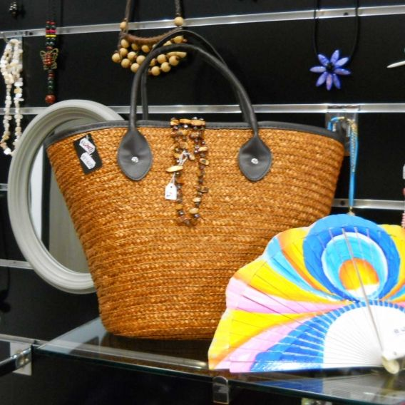 http://bisuteriademoda.es/bolsos-de-moda-online-baratos-para-mujer/3367-bolso-de-playa-de-mimbre-color-cobre.html