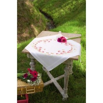 Bedrukt+borduurpakket+van+een+mooi+tafelkleed+in+frisse+kleuren+met+zonnehoed+en+vlinders+-+VOORBEDRUKT.