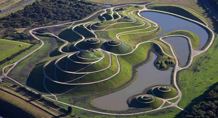 Northumberlandie - Rekultivace bývalého těžebního prostředí. Vytvořeno americkým krajinářským architektem Charlesem Jencksem.