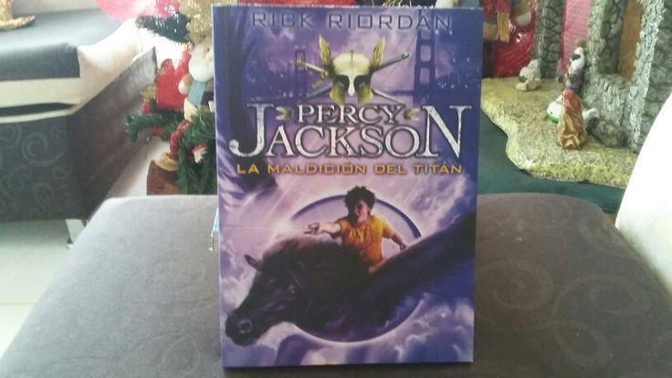 """""""Percy Jackson y la maldición del titán"""" escrito por Rick Riordan."""