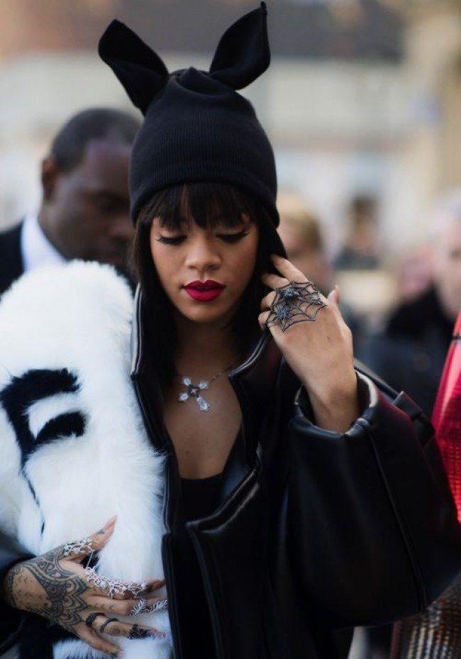 Rihanna com touca divertida de orelhinhas