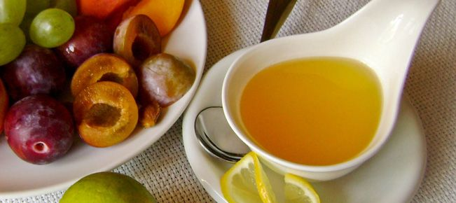 Соус медово-лимонный ==========================  Сладкий медово-лимонный соус к фруктам, десертам,    сладким и мучным  блюдам - рецепт, который вам подойдет :-)