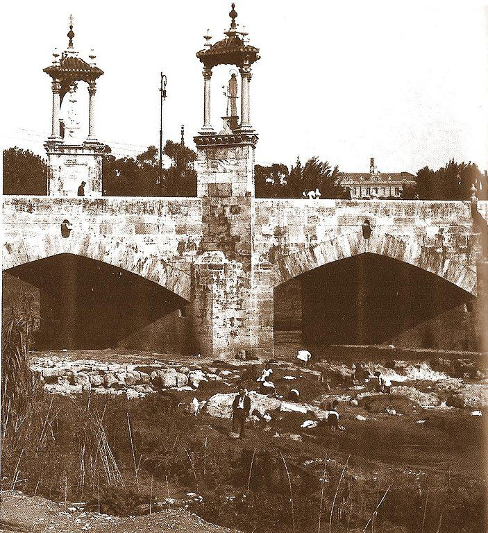 Mujeres lavando la ropa en el río Turia debajo del puente del Mar. Años 20