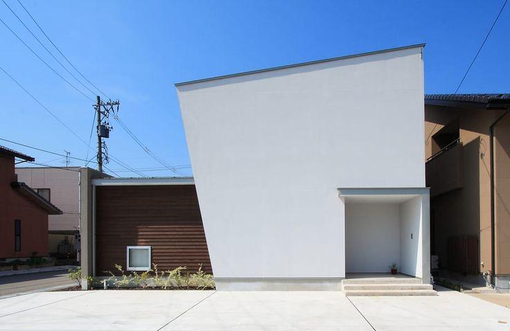 金沢市ののんびりとした住宅街に建てられた住まいをご紹介します。設計を手がけたのは福田康紀建築計画で、L字型の平面プランが…