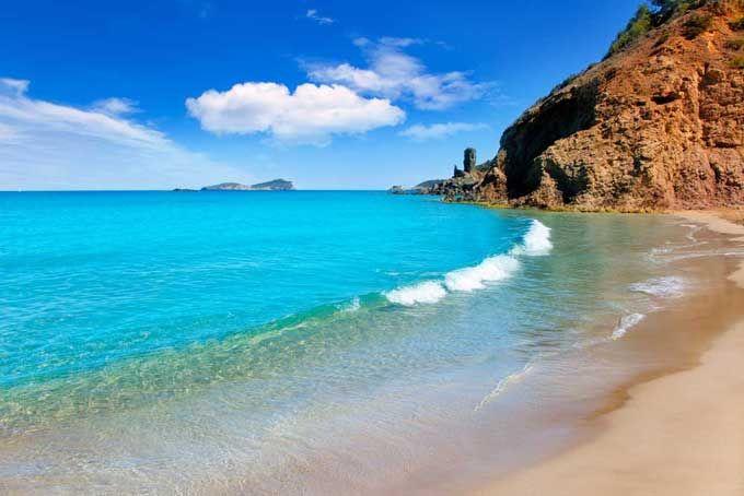 Aigua Blanques Dit geleidelijk aflopend strand dankt zijn naam aan het witte schuim dat in het water ontstaat als het door de zeewind omhoog wordt gegooid. Als het rustig weer is, is het gewoonweg prachtig turquoise. Aigua Blanques is ook een officieel naaktstrand.