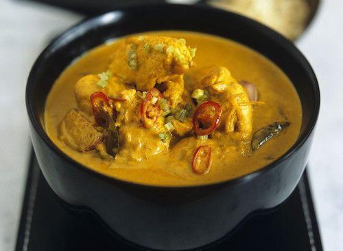 Découvrez cette recette de curry de poulet au lait de coco ! Les ingrédients nécessaires pour cuisiner ce plat : un poulet, des pommes de terre, du lait de coco, du curry, des pois gourmands, des oignons, des gousses d'ail, du gingembre ...