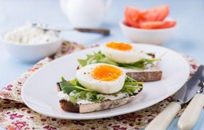 State cercando un antipasto leggero e gustoso adatto alla calura delle giornate estive? Una bruschetta con uova, formaggio fresco e rucola fa sicuramente al caso vostro!