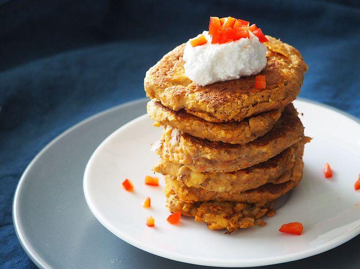 Pancakes de linte si legume- Timp preparare: 40 min          Numar portii: 30 buc.   Ingrediente  120 g linte verde  uscată   1 morcov   ¼ țelină medie   1 ceapă medie   2 căței de usturoi   1 cartof   ½ ardei capia   2 ouă   1/2 linguriță sare (doar peste varârta de 1 an)   1/2 linguriță cimbru uscat   1-2 linguri brânză de vaci (pentru garnisit)   ardei capia sau alte legume proaspete (pentru decor)