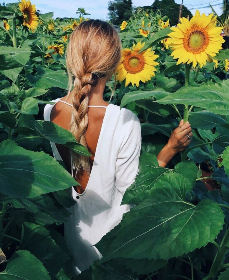 Sunny days spent in sunflower fields || Olive Cooke in the 'Open Horizon Dress'