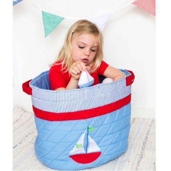Βάλτε σε τάξη το παιδικό δωμάτιο με αυτό το πανέμορφο καλάθι αποθήκευσης με σχέδιο καραβάκι. Διαθέτει πρακτικές λαβές και πλένεται στους 40 βαθμούς.