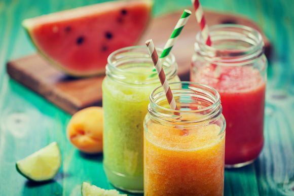 Nie masz pomysłu na szybką przekąskę dla dzieci? Wypróbuj przepisy na zdrowe koktajle, których przygotowanie zajmuje dosłownie kilka minut. #fruit #smoothie #owoce #koktajle #cocktails #food #health #zdrowie #baby #dzieci