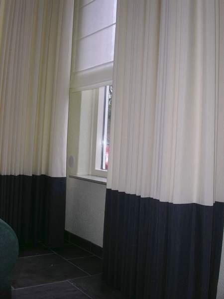 Ado Gordijnen - leuk detail , de donker 'zoom' precies op vensterbank hoogte