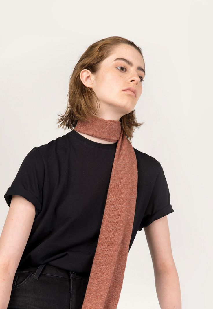 Abstract, di Anna Molteni, presenta la collezione di sciarpe per la prossima Primavera Estate 2017 che si colora di nuove stampe geometriche, riportate sia