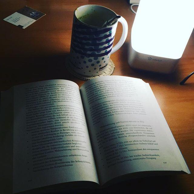 Make Reading a Habit.  Tipp 1: Suche dir einen Zeitraum aus, in welchem du ungestört sein kannst.  2.Lese jeden Tag zu dieser Zeit.  3. Bei nur 30 Seiten pro Tag, wirst du 1 Buch die Woche lesen   Das sind 52 Bücher im Jahr.  Meditation für Skeptiker: Auszug: Wenn du realisierst das su sein denken beobachten kannst, ist sir bewusst das du nicht sein Denken bist. Lasse dich nicht durch sein Denken verunsichern. #reading #Lesen #meditation #makereadingahabit #buch #büche...
