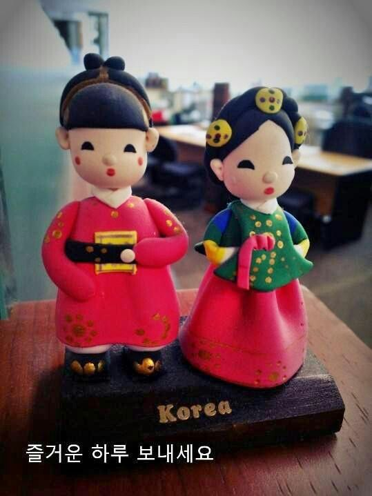 My friend just come back from her trip to Korea... and bring me this couple dolls....