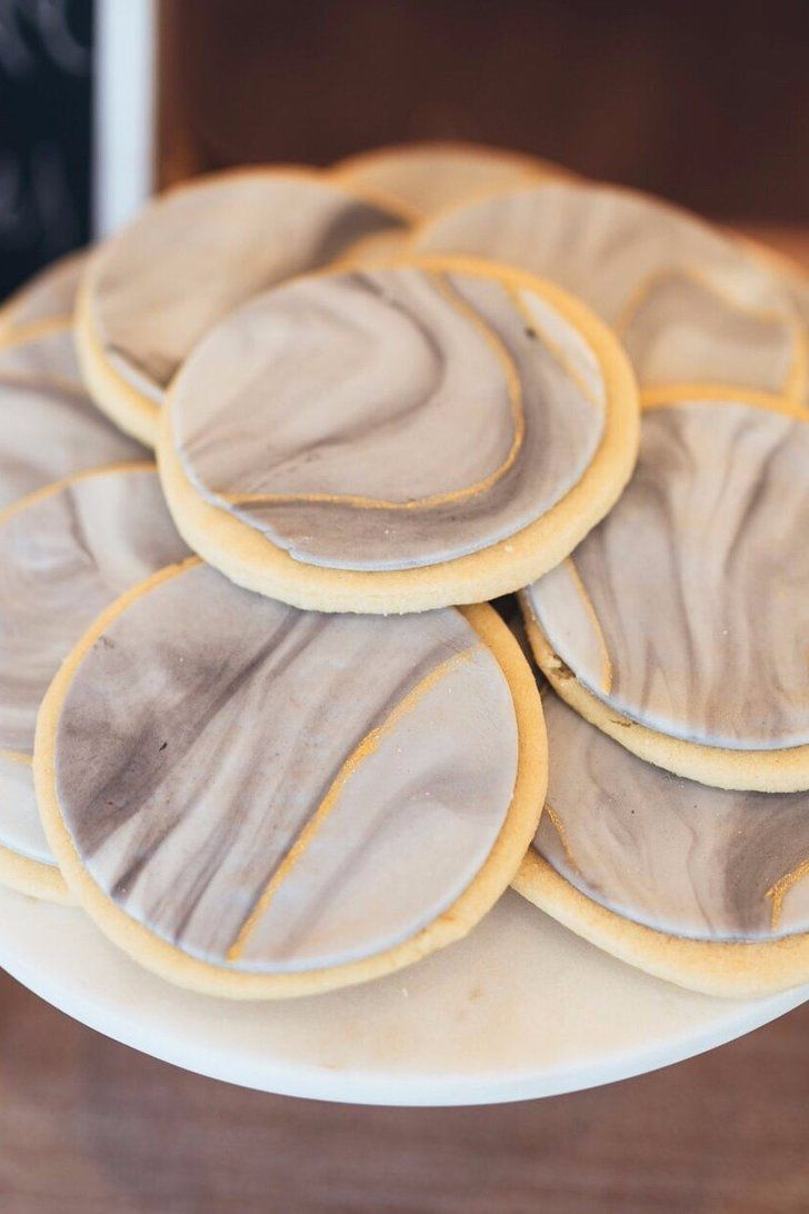 How to Make Mesmerizing Marbled Fondant Icing For Cookies and Beyond