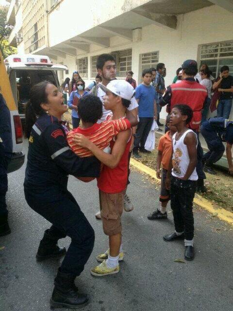 """Esta FOTO es Dantesca """"NIÑOS atacados por GN de #Venezuela 12M en la #UCV pic.twitter.com/4dkMEsC1FI"""" via @fredyarzola"""