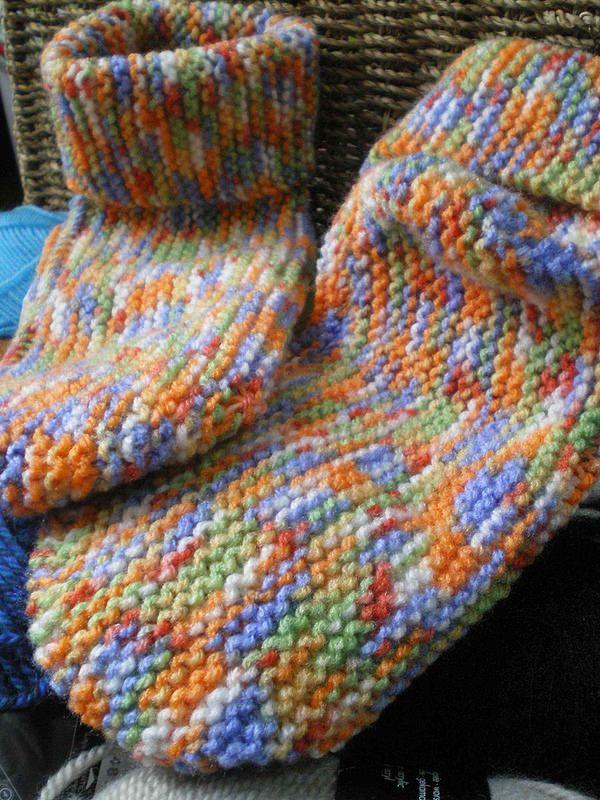 Tricot original - Chaussettes longitudinales pour adultes Fournitures: Fil à tricoter, Aiguilles n° 2,5 et 2 marqueurs Échantillon très important : 30 m / 30 côtes (60 rangs) = 10cm au point mouss...
