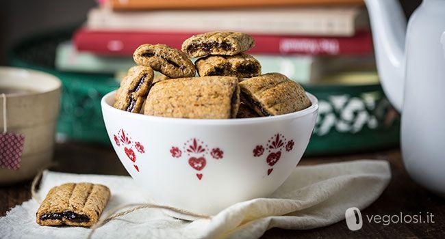 I biscotti vegani ripieni di confetturadi prugne sono un dolce ottimo per una merenda energetica e salutare. Da abbinare ad un tè o ad una cioccolata calda fumante. Ecco la ricetta. Ingredienti per 20/25 biscotti per la frolla 100 g farina di farro integrale 30 g semi di lino 60 g di acqua fredda …