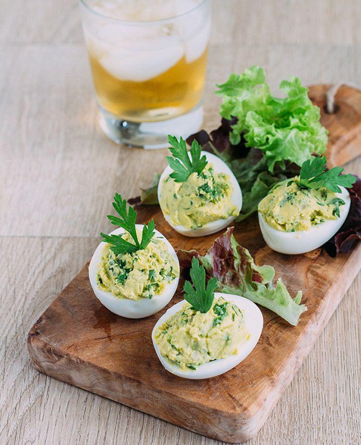 Ingredientes (2 Personas) 4 huevos 1 aguacate 4 cucharadas de cilantro picado sal y pimienta negra molida Preparación Para empezar ponemos a hervir loshuevos en agua por unos 10 minutos. Los retir…