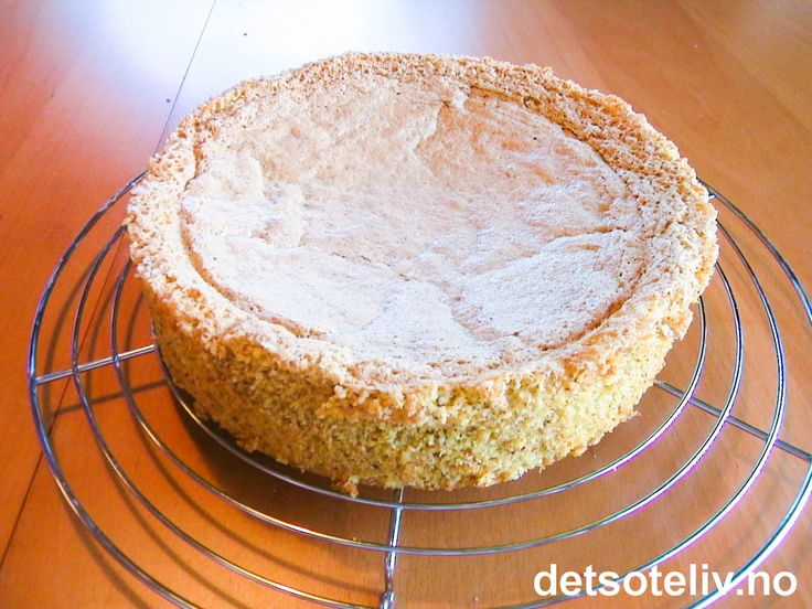 """Her har du en luftig og god """"Mandelbunn"""", som er lett å lage. Kaken er god som tilbehør til iskrem og hermetisk frukt eller bær. -Eller du kan pynte den med sjokoladekrem, vaniljekrem eller pisket krem og frukt eller bær - og du får en skikkelig deilig festkake!! Se for eksempel """"Mandelbunn med jordbær og sjokoladesaus""""."""