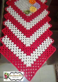 ARTE EM CROCHÊ, TRICÔ E ARTESANATOS: Caminho de mesa de barbante em crochê com aplicação de flores e passo a passo