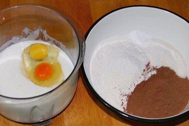 Маффины шоколадные  Ингредиенты:  Мука — 250 г Сахар — 250 г Масло сливочное — 100 г Йогурт питьевой без добавок — 1 стакан Какао-порошок — 100 г Разрыхлитель — 1 ч. л. Соль — 1/2 ч. л. Сода — 1/2 ч. л. Яйца куриные — 2 шт. Ваниль — 1 щепотка Шоколад горький — 100–150 г  Приготовление:  1. Подготовьте ингредиенты. 2. Поставьте растапливаться сливочное масло. Отдельно смешайте сыпучие продукты: муку, какао, сахар, соду, соль, ванилин, разрыхлитель; отдельно — йогурт и яйца. Соедините и…