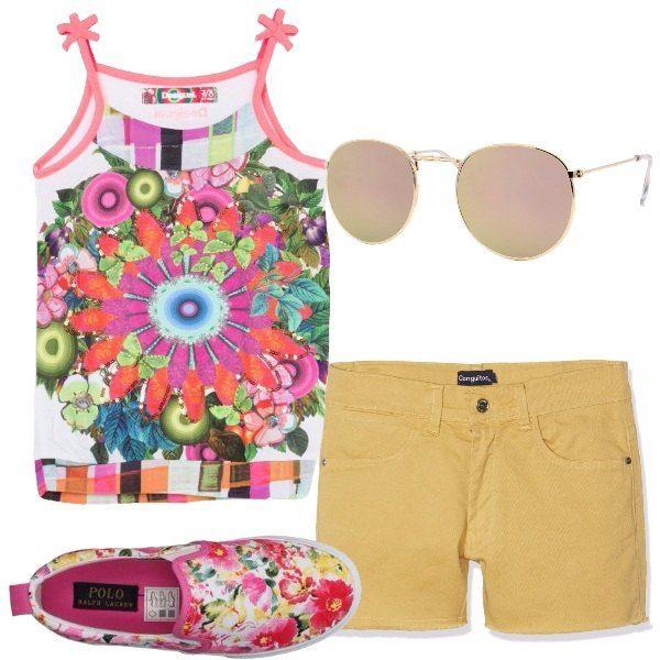 Outfit colorato, a stampa floreale composto da una canotta di viscosa a sfondo bianco, shorts in cotone elasticizzato gialli, slip on a fantasia floreale, occhiali da sole specchiati.