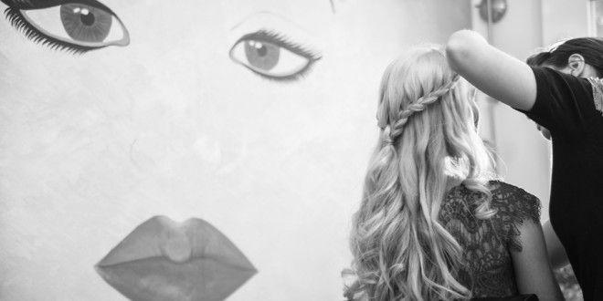 Cu o rochie de mireasă splendidă, piele strălucitoare și accesorii orbitoare, singurul lucru pe care o mireasă mai trebuie să-l facă ca nunta ei să fie o zi de stil perfect este părul frumos.  http://www.nuntainalb.info/5-coafuri-fara-varsta-pentru-mireasa/