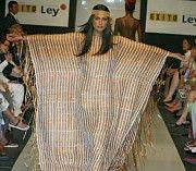 33-El proyecto identidad Colombia se inicio en el año 2000  Cuando se vinculo artesanía Colombiana ala industria de la moda. esto se formo como un beneficio para el sector artesanal . 2003 inauguración de expoartesanias.