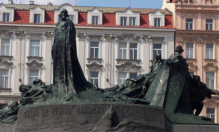 in piazza della Città Vecchia si erge la memoria plastica del riformatore religioso Jan Hus  #scultura #praga