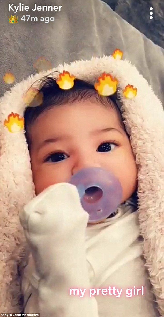 Here she is! On Sunday the 20-year-old shared a first good look at Stormi's face