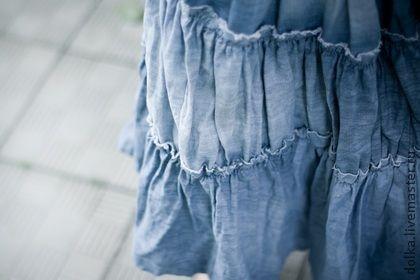 Юбка бохо-джинс (светлая). Ярусная юбка, выполненная в стиле бохо. Тонкая джинса смотрится легко и задорно, а волнообразный подол делает ваш стиль необычным. Вы можете надевать юбку любой стороной и тем самым получать разную длину и разные оттенки юбки.