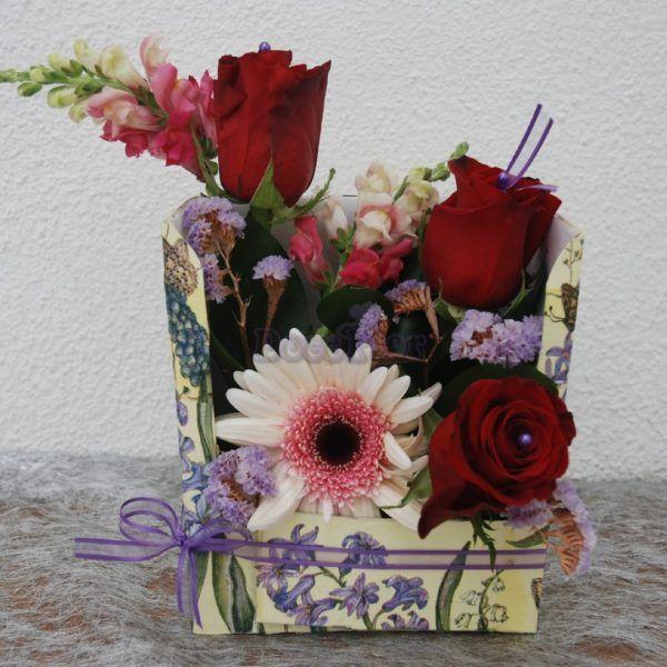 Flores em caixa Uma forma original de oferecer flores. Para quando quer oferecer flores mas não em ramo ou bouquet temos estas caixas decoradas, uma forma prática que marca pela diferença.Arranjo de rosas vermelhas, gerberas, antirinus e statice em base de espuma floral em caixa decorada.Entregas grátis na zona de ...