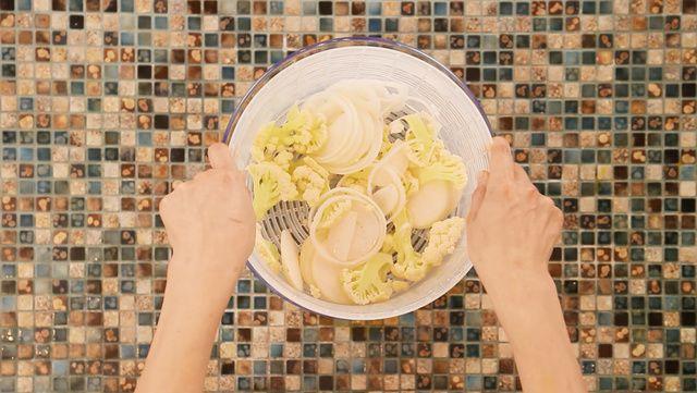 【動画】海外でも近年人気のカリフラワー!栄養価が高いのにカロリーが低めっていう素敵な野菜。炭水化物の変わりになるということで美容と…