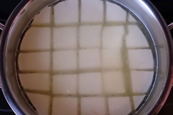 Quark ohne Plastik gibt es nicht zu kaufen. Deswegen kannst du hier lernen, wie man ihn in der eigenen Küche selber macht.