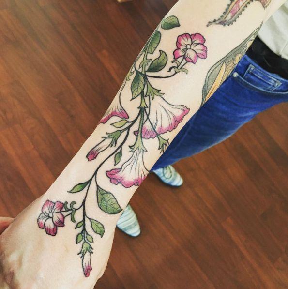 Cette vigne parfaitement dessinée. | 30 tatouages floraux parfaits pour le printemps